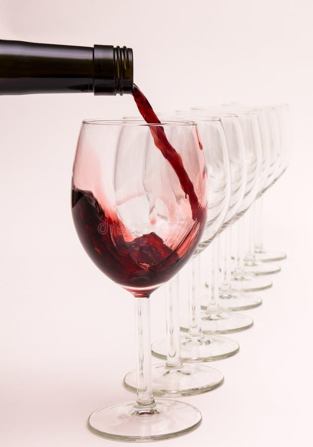 Il vino rosso è versato in un vetro fotografie stock libere da diritti