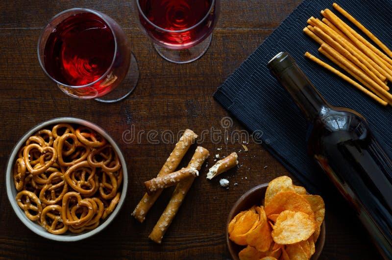 Il vino rosso con il partito saporito fa un spuntino su backgroun di legno scuro rustico fotografia stock
