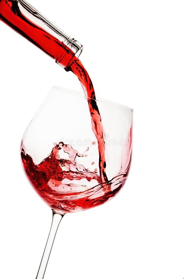 Il vino rosso ha versato dentro un vetro fotografie stock