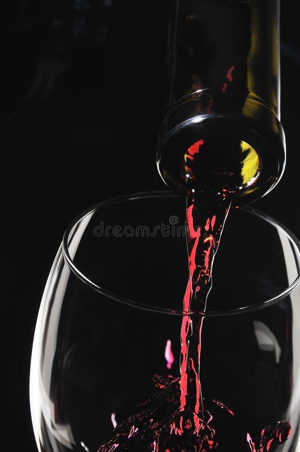 Il vino rosso versa fotografia stock libera da diritti