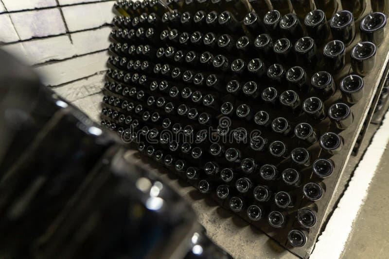 Il vino spumante imbottiglia le cantine della cantina, vino spumante che fermenta sui supporti immagini stock libere da diritti