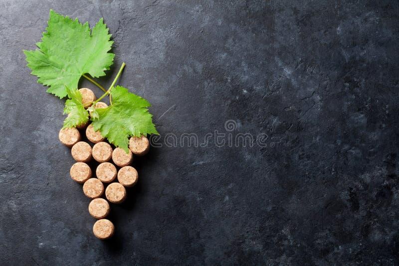 Il vino tappa la forma e la vite dell'uva fotografia stock
