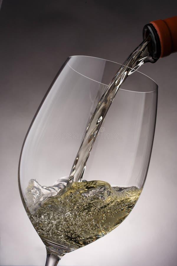 Il Vino versa immagine stock