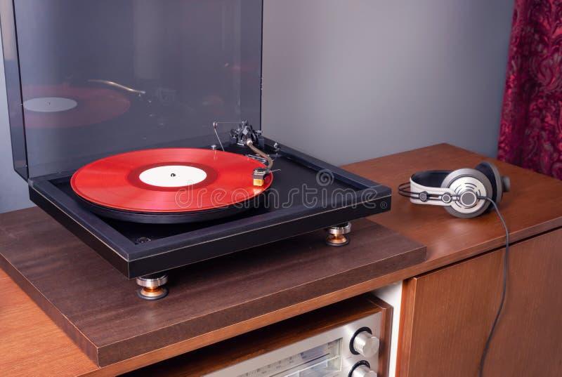 Il Vintage Stereo Turntable Riproduce L'Album Red Vinyl Record fotografie stock libere da diritti