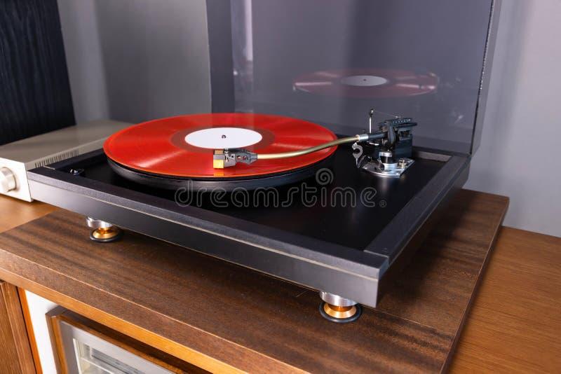 Il Vintage Stereo Turntable Riproduce L'Album Red Vinyl Record fotografia stock libera da diritti