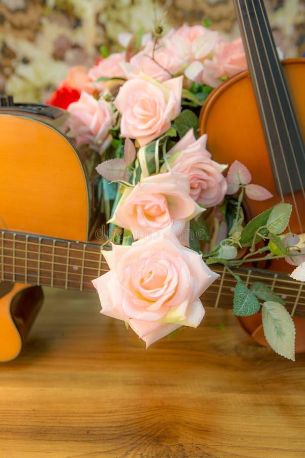 Il violino, chitarra ed è aumentato fotografia stock