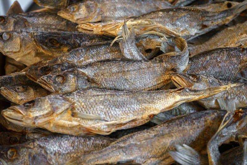 Il vobla secco del pesce salato si trova sul contatore da vendere immagine stock libera da diritti