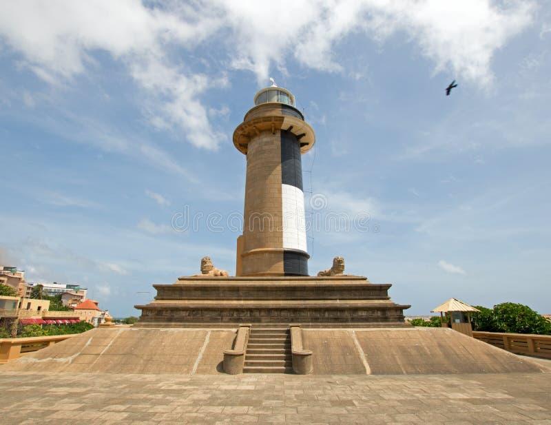Il volo dell'uccello dopo il monumento del punto di riferimento del faro a Galle affronta in Colombo Sri Lanka immagine stock