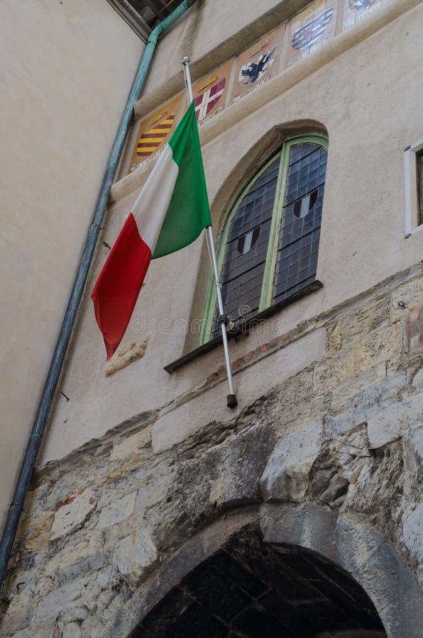 Il volo italiano della bandiera su un monumento storico a Savona fotografia stock libera da diritti