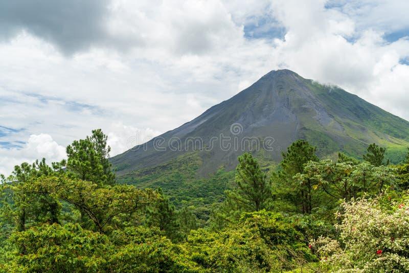 Il vulcano arenale, che ha una forma cono quasi perfetta, è una delle più grandi attrazioni turistiche di Alajuela, Costa Rica fotografia stock libera da diritti