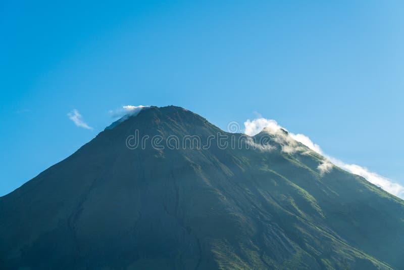 Il vulcano arenale, che ha una forma cono quasi perfetta, è una delle più grandi attrazioni turistiche di Alajuela, Costa Rica immagini stock libere da diritti