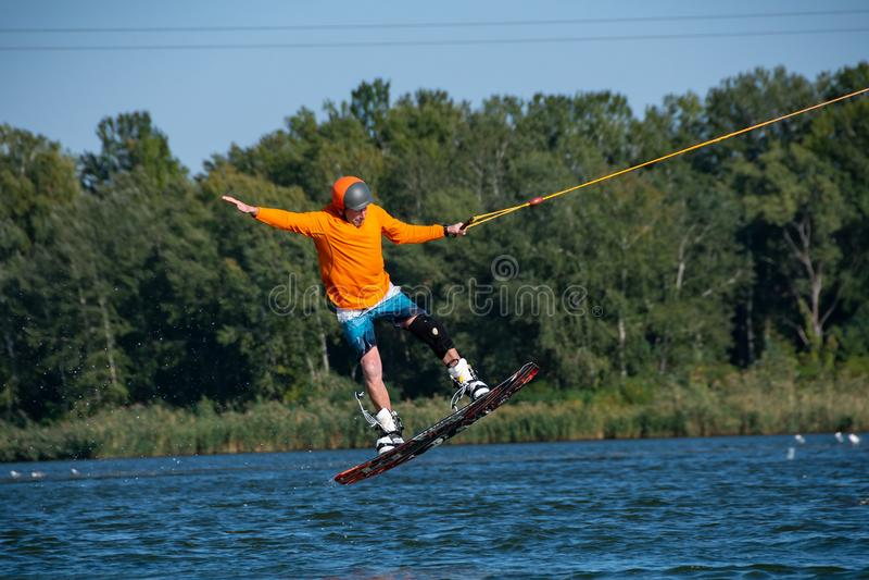 Il Wakeboarder salta mentre si prepara immagini stock libere da diritti