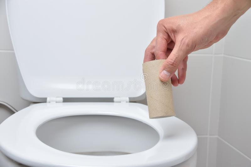Il wc vuoto nasconde la ciotola di toilette fotografie stock