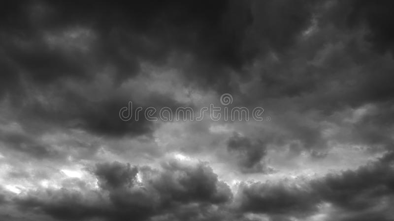 Il whith drammatico grigio scuro del cielo si appanna lo sfondo naturale del cloudscape dell'estate nessun modello in bianco vuot fotografia stock libera da diritti
