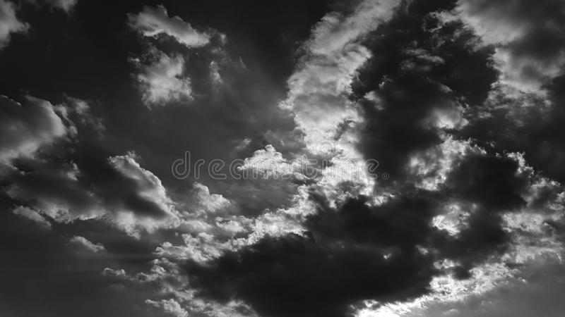 Il whith drammatico grigio scuro del cielo si appanna lo sfondo naturale del cloudscape dell'estate nessun modello in bianco vuot fotografia stock