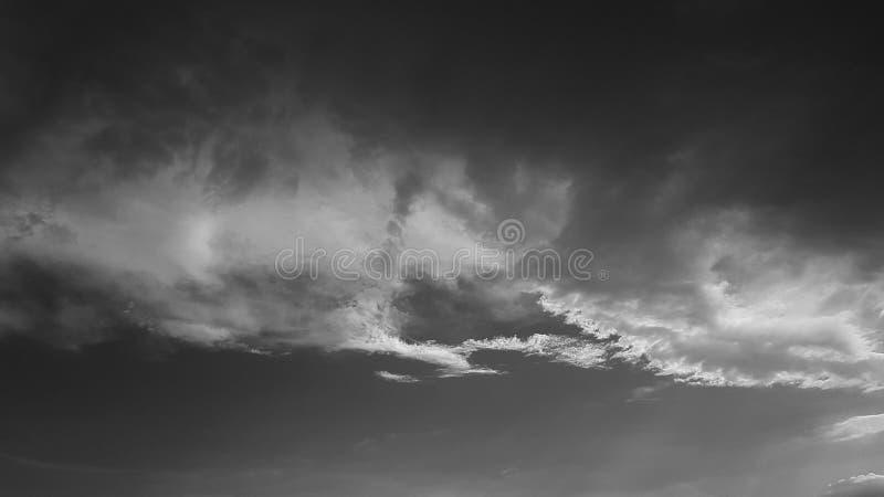 Il whith drammatico grigio scuro del cielo si appanna lo sfondo naturale del cloudscape dell'estate nessun modello in bianco vuot fotografie stock