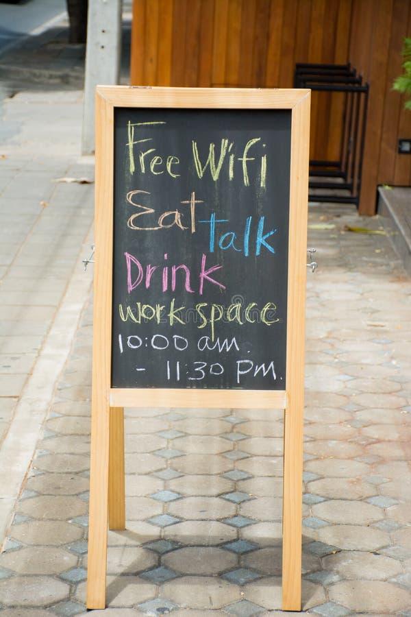 Il wifi libero, bevanda, mangia, parla, segno della lavagna dell'area di lavoro immagine stock libera da diritti