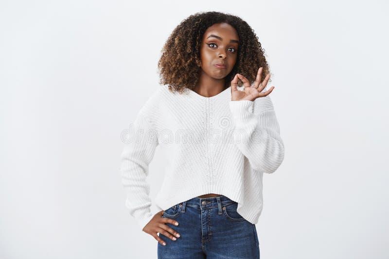 Il wow ha impressionato non cattivo La femmina afroamericana divertente ritratto prova il gesto di conferma di approvazione di ap fotografia stock libera da diritti