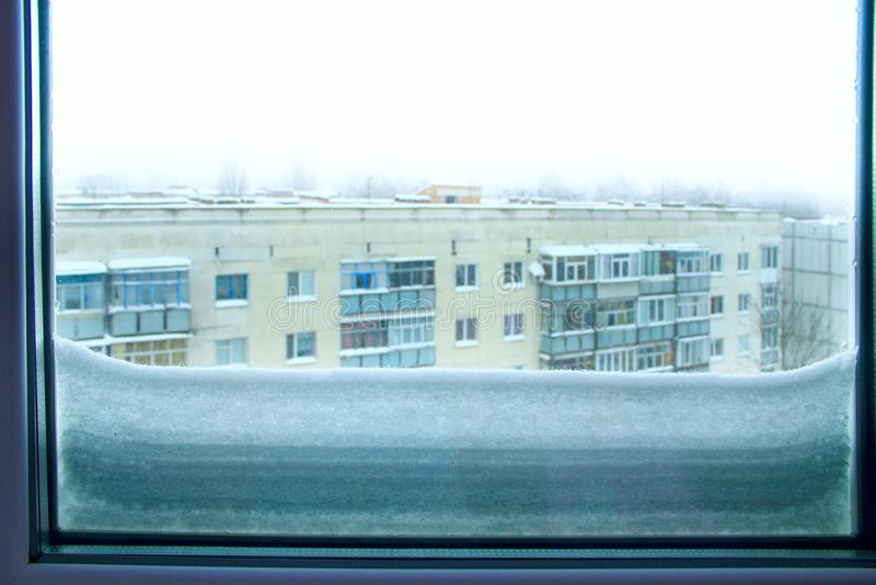 Il y a beaucoup de neige en dehors de fenêtre Conséquences de cyclone en Europe photos libres de droits