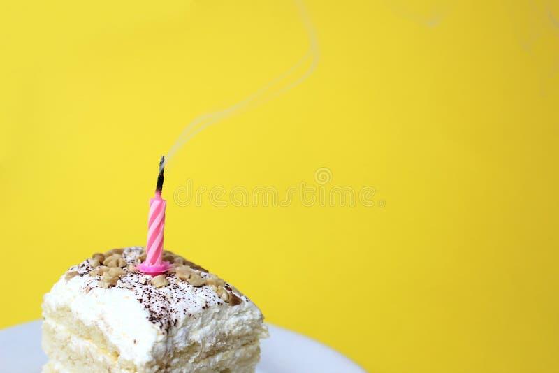 Il y a de fumée d'une bougie éteinte sur le gâteau photo stock