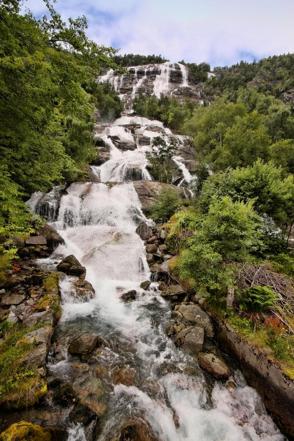 Il y a des centaines de belles cascades en Scandinavie photographie stock libre de droits