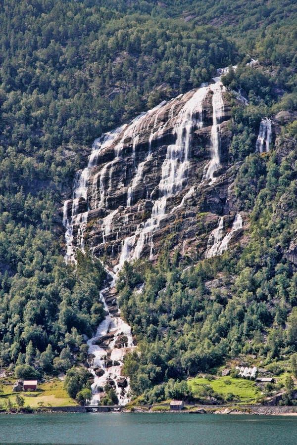 Il y a des centaines de belles cascades en Scandinavie images libres de droits