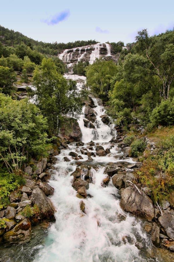 Il y a des centaines de belles cascades en Scandinavie images stock