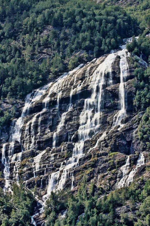 Il y a des centaines de belles cascades en Scandinavie image libre de droits