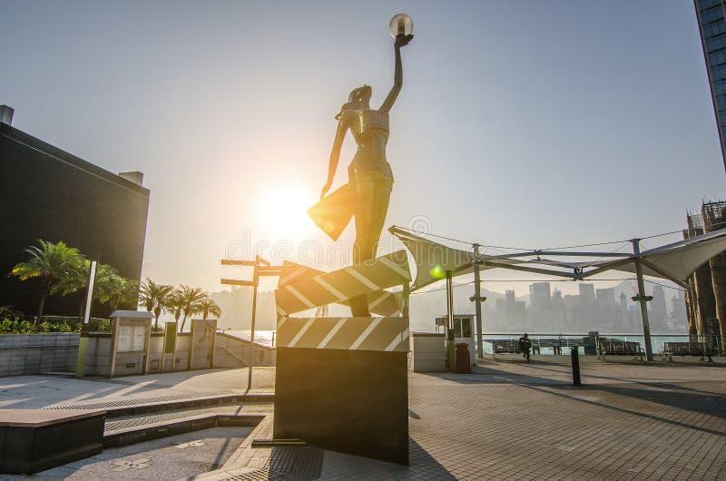 Il y a statue de femme Anita Mui avec le film sur l'avenue des étoiles en parc photo libre de droits