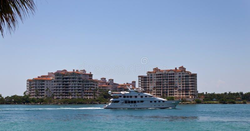 Il yatch di lusso naviga dopo Fisher Island a Miami, Florida fotografie stock libere da diritti