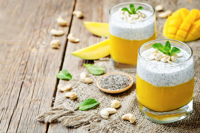 Il yogurt greco Chia del mango semina il budino con gli anacardii fotografie stock