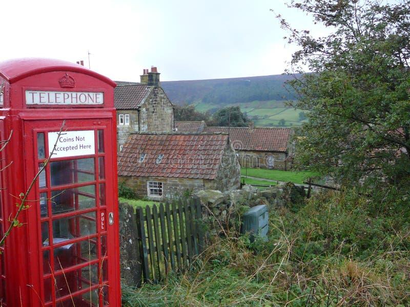 Il Yorkshire attracca la cabina telefonica fotografia stock libera da diritti