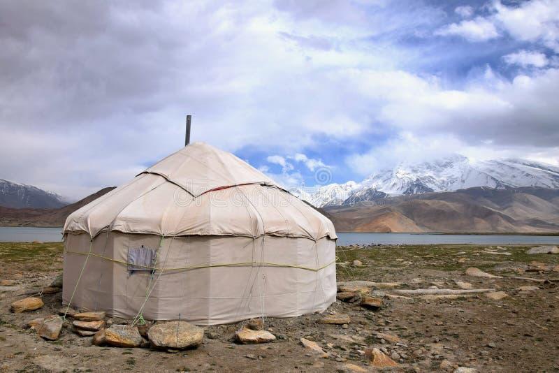 Il yurt davanti al lago karakul nella regione autonoma del Uighur dello Xinjiang di Cina fotografie stock libere da diritti