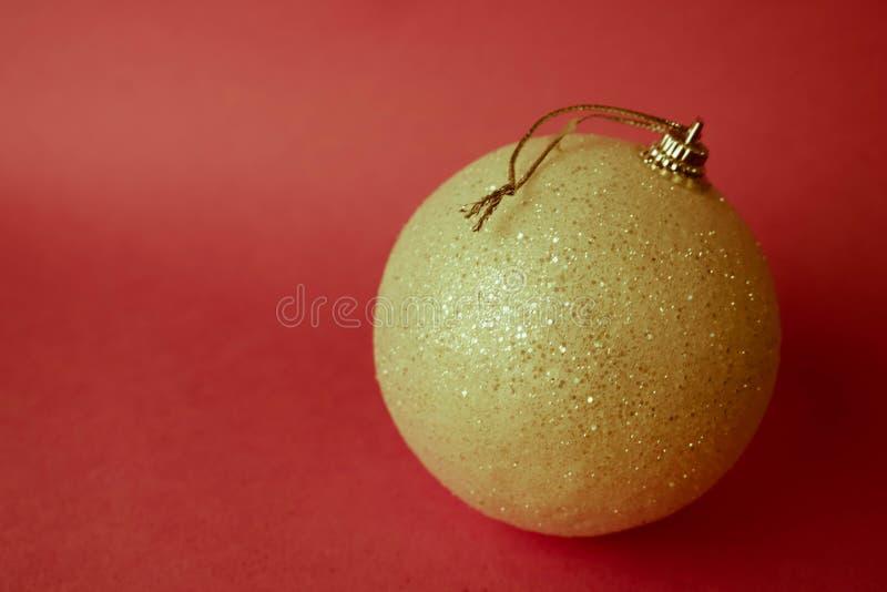Ilar den plast- vintern för guld- gult litet runt exponeringsglas den skinande dekorativa härliga festliga julbollen för xmas, ju arkivfoton