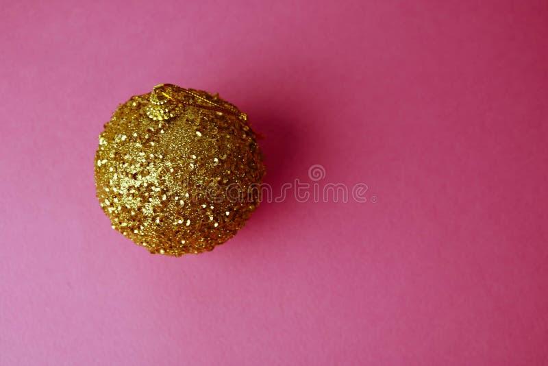 Ilar den plast- vintern för guld- gult litet runt exponeringsglas den skinande dekorativa härliga festliga julbollen för xmas, ju royaltyfria bilder