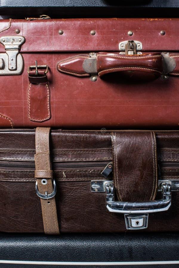 Ile старых винтажных чемоданов сумки стоковое изображение