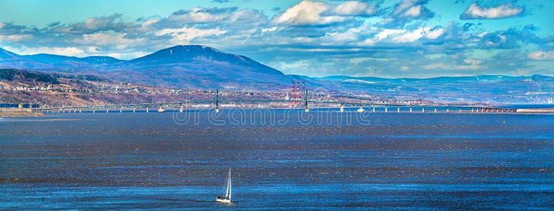 Ile d ` Orleans most przez Świątobliwą Lawrance rzekę w Quebec, Kanada obraz stock
