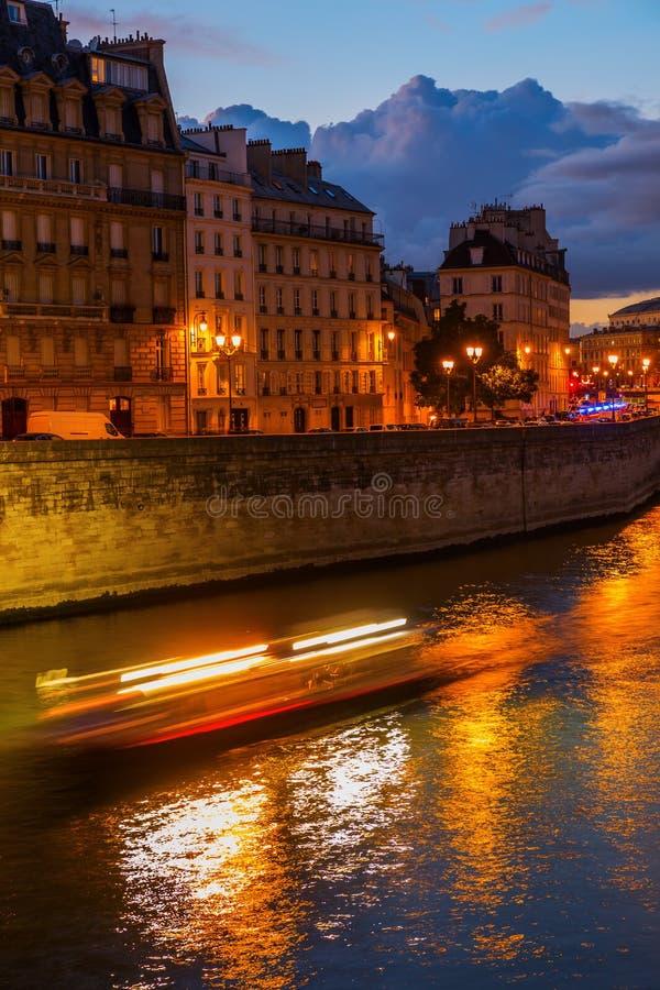Ile de la Citera i Paris på natten royaltyfri bild