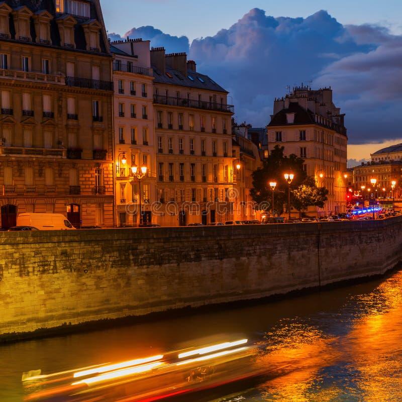 Ile de la Citera i Paris på natten fotografering för bildbyråer