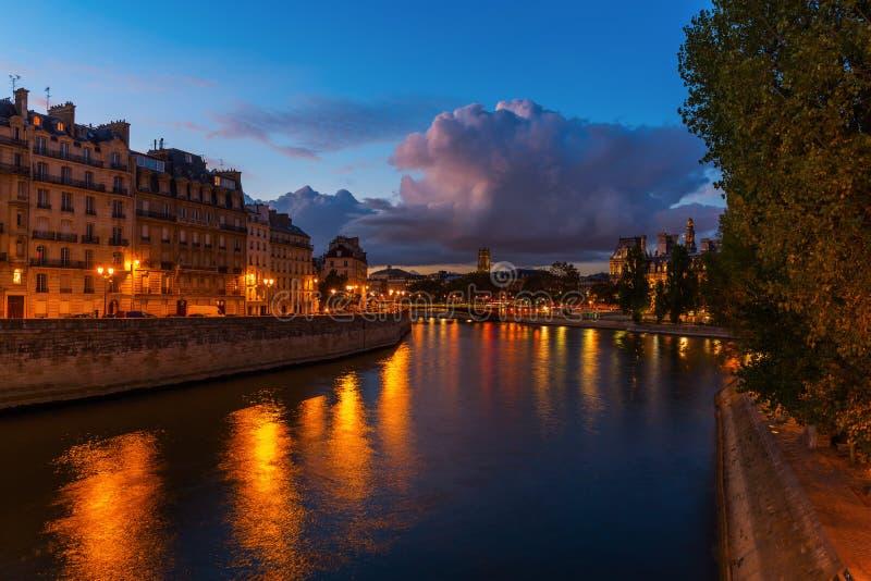 Ile de la Citera i Paris på natten royaltyfri foto