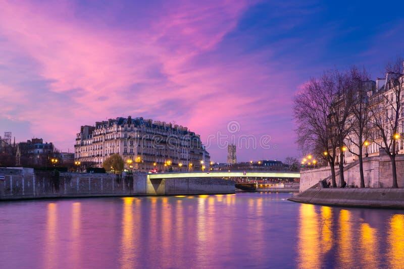 Ile de la Citera på solnedgången, Paris, Frankrike arkivbild