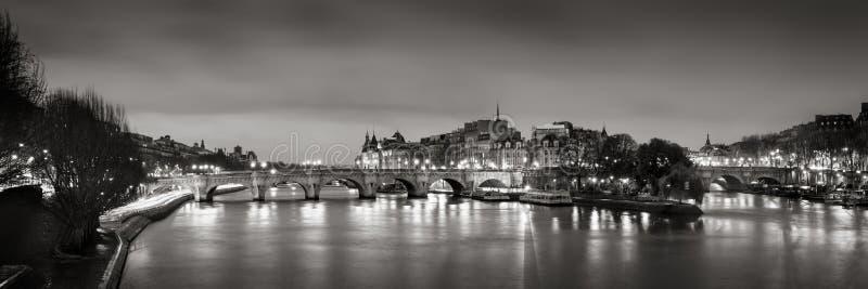 Ile de la Citera, Seine River och Pont Neuf på gryningsvart & vit france paris royaltyfria bilder
