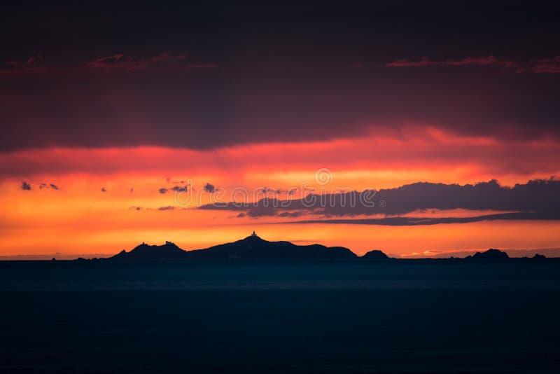 Iles Sanguinaires silhouettiert gegen einen drastischen orange Sonnenuntergang lizenzfreie stockbilder