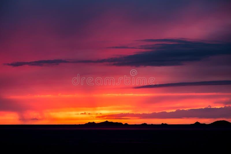 Iles Sanguinaires silueteado contra una puesta del sol anaranjada dramática imagenes de archivo