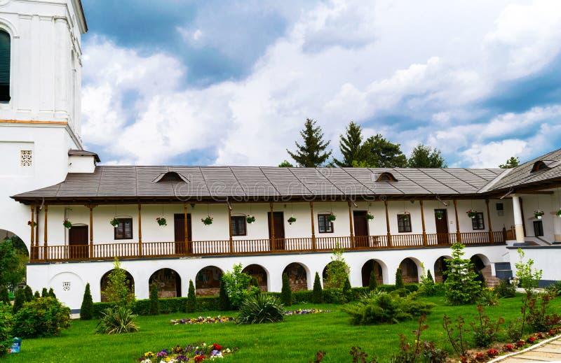 Ilfov, около Бухареста, Румыния - 30-ое апреля 2019: Комнаты отдыха снабжения жилищем монастыря Cernica стоковые изображения