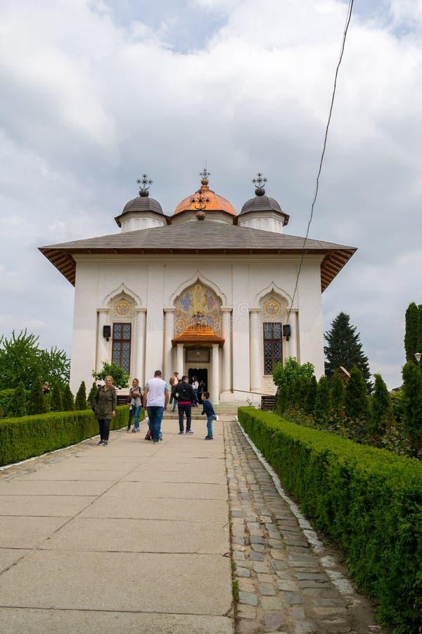 Ilfov, около Бухареста, Румыния - 30-ое апреля 2019: Люди посещая правоверный монастырь Cernica стоковые изображения rf
