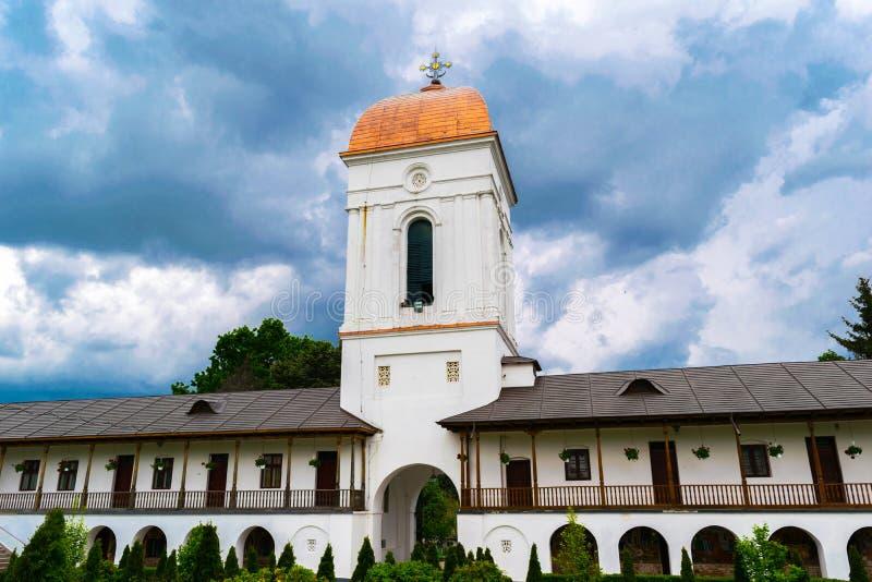 Ilfov, blisko Bucharest, Rumunia, Kwiecień - 30, 2019: Wejście ortodoksyjny Cernica monasteru podwórze pokazuje dzwonkowy wierza  obraz stock