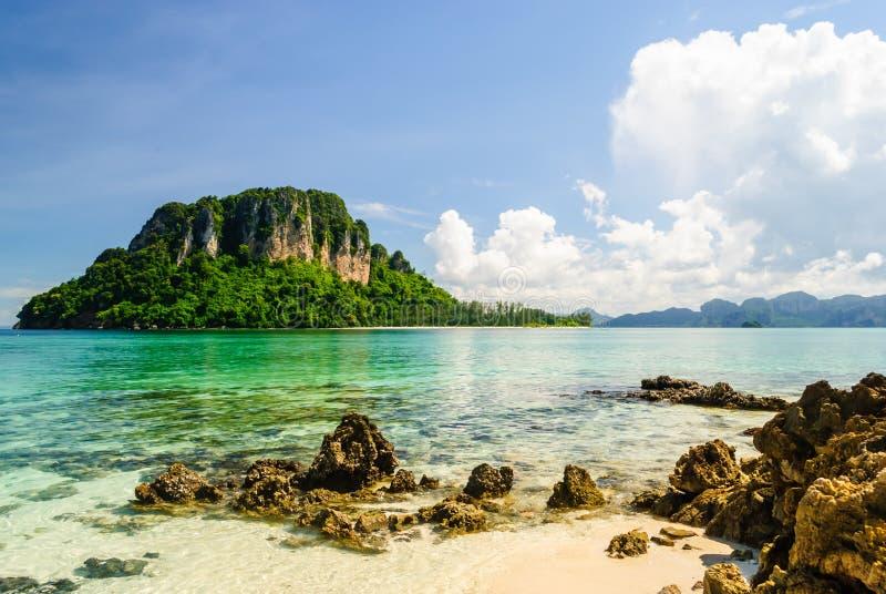 Ilha ao redor com água de Transparance em Krabi foto de stock