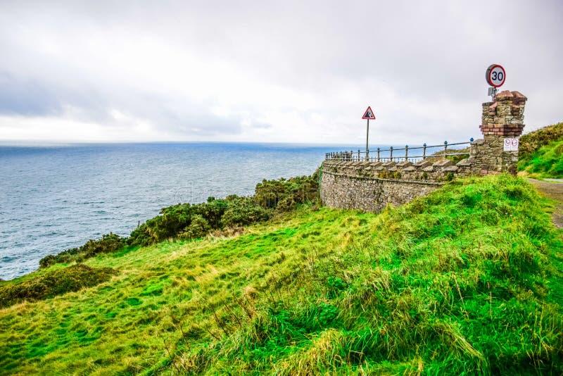 Ilha bonita da paisagem do homem acima no monte fotografia de stock