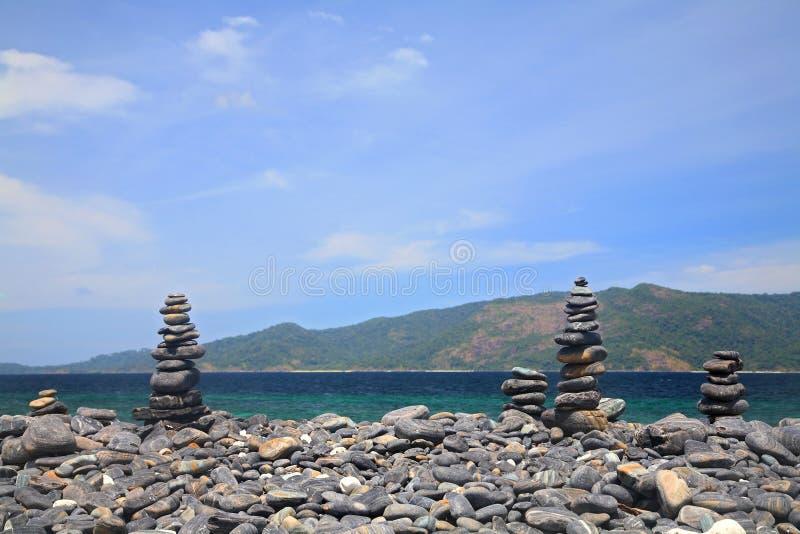 Ilha bonita dos seixos perto da ilha de Lipe fotos de stock